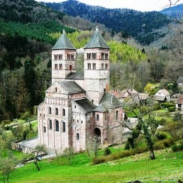 la-facade-de-l-abbaye-de-murbach-surgit-parmi-la-f-13161-470-0